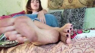 Russian Amateur Teen Giving Hot Foot JOI Cum Countdown